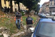 La Policía inspecciona el lugar del crimen, en Como.