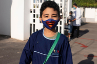 Un niño marroquí con mascarilla en Rabat.