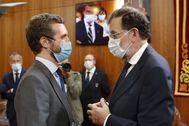 El presidente del PP, Pablo Casado, con su antecesor, Mariano Rajoy, en la toma de posesión de Alberto Núñez Feijóo.