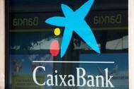 Logotipos de CaixaBank y Bankia en una oficina de Barcelona.