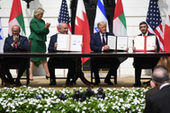 Donald Trump muestra los Acuerdos de Abraham entre los representantes de Bahrein, Israel y Emiratos Árabes Unidos