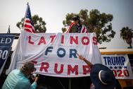 Un cartel de apoyo de voto latino a Donald Trump, en Los Ángeles.