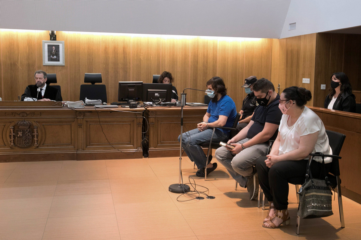 Los tres acusados, de izda. a dcha: Iván Pardo, su hermano Carlos Pardo y la madre de ambos, Nieves Pena.