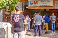 Decenas de personas hacen cola en la puerta del centro de salud de Abrantes, en Carabanchel.