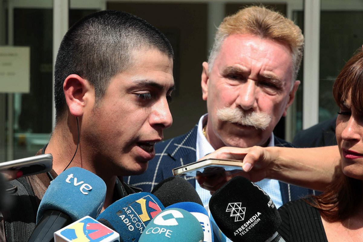 Manuel Briones, padre de Naiara, con su abogado, Marcos García Montes.