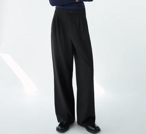 Pantalón ancho de tiro alto de Zara. Su precio, 25,95 euros.