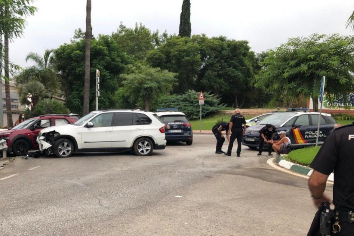 Los agentes atienden a un joven tras el accidente.