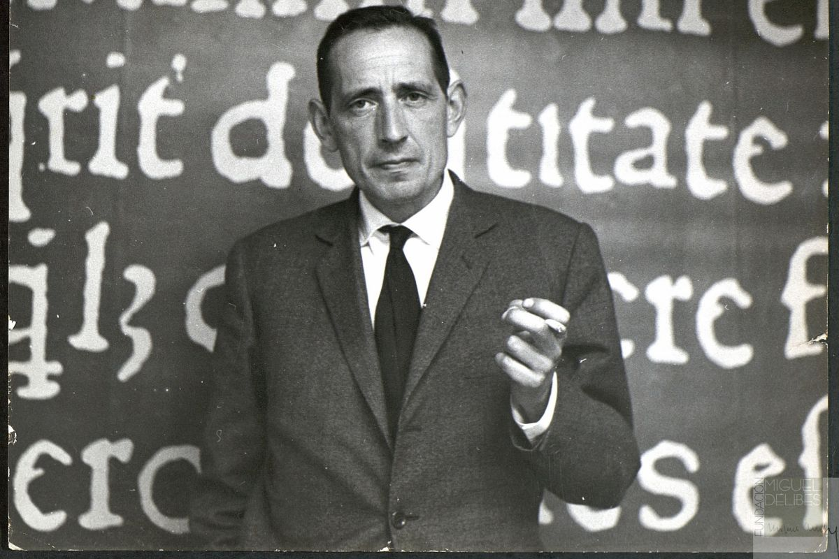 Retrato de Miguel Delibes, en Ediciones Destino, 1960.