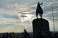 """AME5447. POPAYÁN (COLOMBIA).- Fotografía de archivo fechada el 3 de marzo de 2019 que muestra el lt;HIT gt;monumento lt;/HIT gt; a Sebastián de Belalcázar, en Popayán (Colombia). El Ministerio de Cultura de Colombia rechazó el derribo de una estatua ecuestre del conquistador español Sebastián de Belalcázar en Popayán, capital del convulso departamento del Cauca (suroeste), tumbada el miércoles por indígenas de la comunidad Misak. Para derribar la estatua, ubicada en el cerro Tulcán, indígenas que protestaban contra la violencia en la región le ataron cuerdas, luego tiraron de ellas y cuando cayó celebraron como forma de """"reivindicar la memoria de ancestros asesinados""""."""