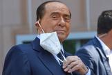 Silvio Berlusconi, a la salida del Hospital San Raffaele de Milán, este lunes.