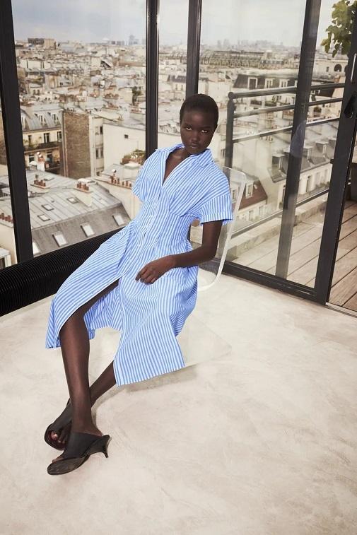 La modelo con el vestido de Zara. Foto: cortesía de Zara.