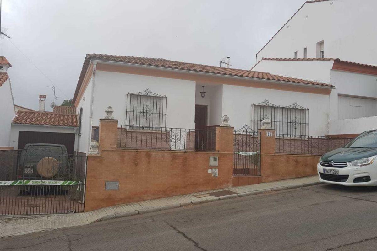 La casa del detenido, en el número 29 de la calle El Cerezo, precintada por la Guardia Civil.