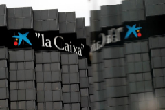 Oficinas de CaixaBank en la antigua sede del banco en Barcelona.