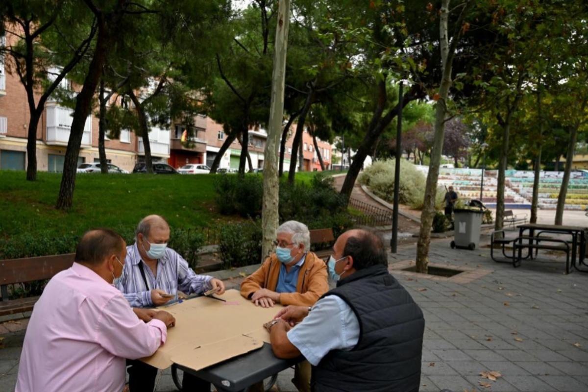 Un grupo de hombres se reúnen en un parque de la capital
