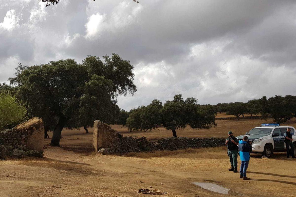 Una patrulla a la entrada de la finca La Dehesa, donde ha comenzado la búsqueda.
