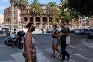 Vecinos pasean por Palma de Mallorca, que ha confinado varios barrios.