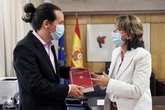 La fiscal general, Dolores Delgado, entrega la Memoria de la Fiscalía al vicepresidente Pablo Iglesias.