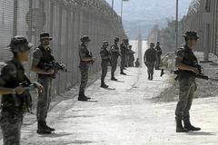 Miembros de la Legión, desplegados ante la valla de Melilla.