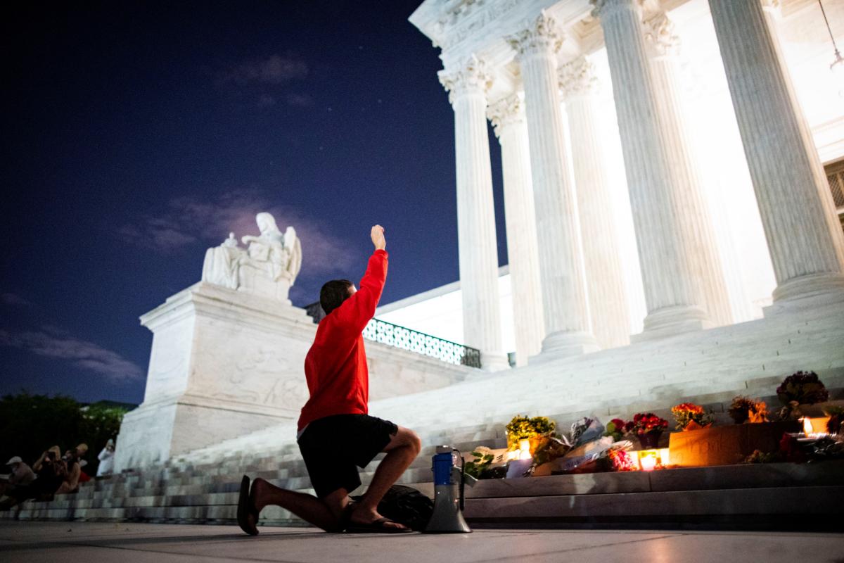 Lamentos en el altar improvisado este viernes en las escaleras del Tribunal Supremo de EEUU.