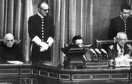 Dolores Ibárruri y Rafael Alberti, en la Mesa de Edad que presidió provisionalmente las primeras Cortes democráticas, en el Congreso.