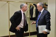 El lehendakari Urkullu conversa con el consejero Pedro Azpiazu en la zona de acceso al salón de plenos del Parlamento Vasco.