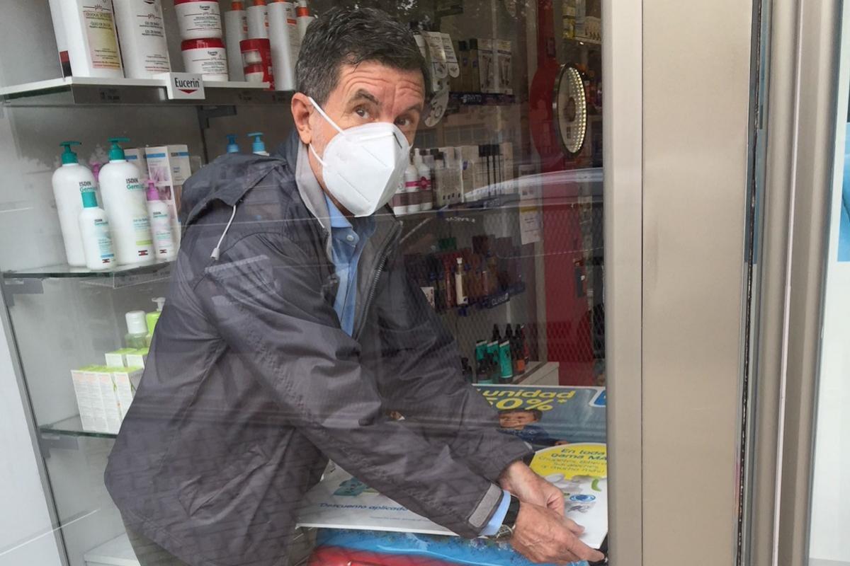 El ex ministro Jaume Matas en la farmacia de su hija.