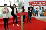 Víctor Trimiño junto a la líder del PSE-EE Idoia Mendia saluda durante el acto organizado en Eibar por las juventudes socialistas.