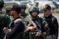 AME5812. LA FRÍA ( lt;HIT gt;VENEZUELA lt;/HIT gt;), 10/09/2019.- Miembros de las Fuerzas Armadas Bolivarianas de lt;HIT gt;Venezuela lt;/HIT gt; toman parte del inicio de los ejercicios militares en la frontera con Colombia este martes, desde el Aeropuerto Nacional Francisco García de Hevia, en la localidad de La Fría, estado Táchira ( lt;HIT gt;Venezuela lt;/HIT gt;). El pasado miércoles el gobernante venezolano, Nicolás Maduro, ordenó el despliegue de tropas en la frontera de lt;HIT gt;Venezuela lt;/HIT gt; con Colombia y la puesta en marcha de un sistema de misiles luego de declarar el martes una alerta en toda esa zona. Las maniobras se llevarán a cabo desde hoy y hasta el 28 de septiembre en los estados Zulia, Táchira Apure y Amazonas, territorios que conforman los 2.219 kilómetros de frontera colombo-venezolana. EFE/ Johnny Parra