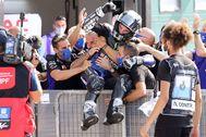 -FOTODELDÍA- EA7970. MISANO (ITALIA).- El piloto español Maverick lt;HIT gt;Viñales lt;/HIT gt; (c) (Yamaha YZR M 1) celebra con sus compañeros de equipo su victoria en el Gran Premio de Emilia Romagna de MotoGP en Misano, Italia, este domingo
