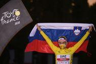Pogacar, con la bandera eslovena, en el podio del Tour.