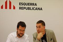 El coordinador nacional de ERC, Pere Aragonès, y el líder de Bildu, Arnaldo Otegi, pactan la investidura de Sánchez.