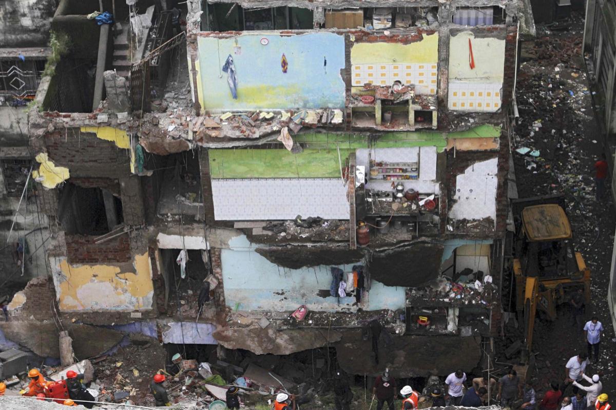 Al menos 10 muertos y unos 25 personas atrapadas tras el derrumbe de un  edificio en India | Internacional
