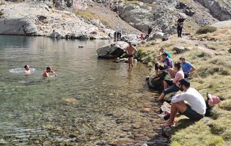 Grupo de montañeros en los lagos del Alto Pirineo.
