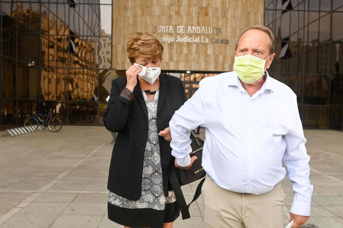 Los padres de la víctima, Eduardo Alonso y Enriqueta Mesa, saliendo de los juzgados.