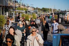 Ciudadanos suecos pasean en Estocolmo