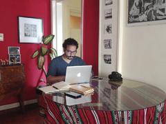 Un empleado trabajando para su empresa desde su domicilio.