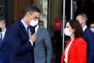 El presidente del Gobierno, Pedro Sánchez, y la presidenta de Madrid, Isabel Díaz Ayuso, antes de su reunión en Sol