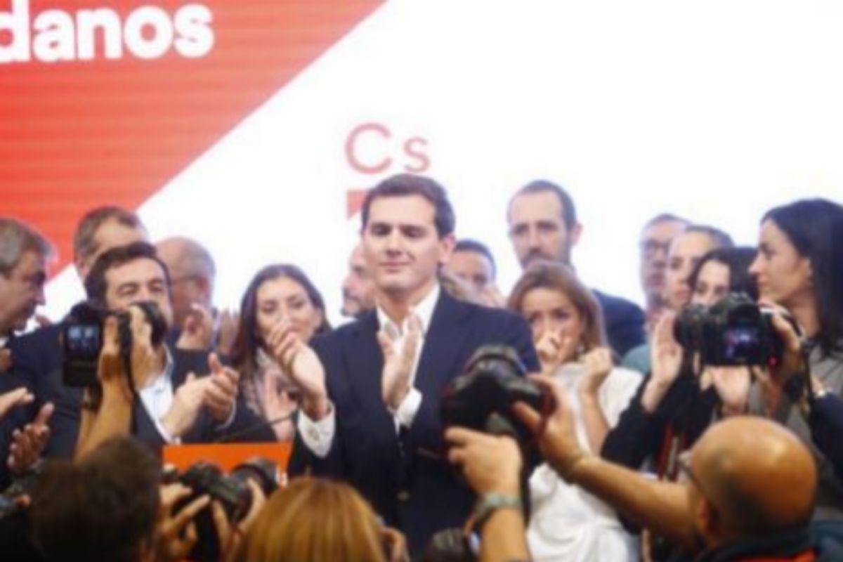 Albert Rivera, aplaudido por sus compañeros de Ciudadanos tras anunciar su retirada el día después de la debacle electoral del 10 de noviembre de 2019.