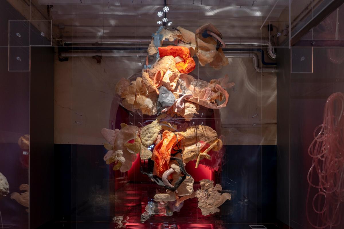 En 'La piel construida'  Javier Chozas plantea una reflexión abierta sobre la articulación del deseo, la vanidad y la culpa.