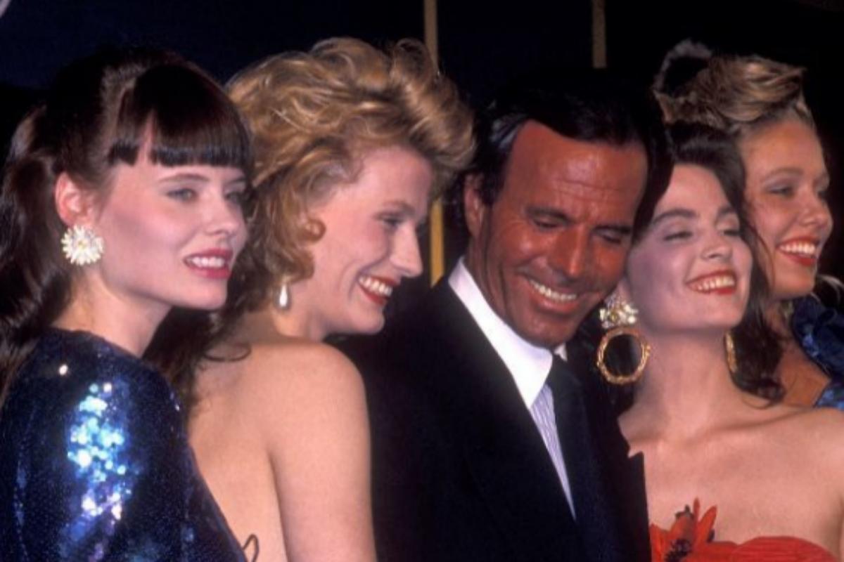 El cantante, rodeado de mujeres, en la presentación de un perfume.