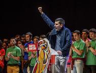 Arkaitz Rodríguez, puño en alto, durante un acto organizado por Sortu en el Bilbao Arena.