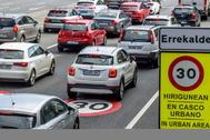 Coches circulando este martes en Bilbao, con el límite a 30 km por hora.