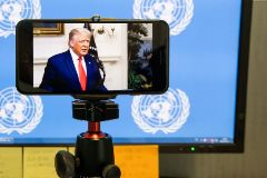 New York (United States).- US President Donald J. lt;HIT gt;Trump lt;/HIT gt; is seen on a television screen remotely addressing via video the General Debate of the 75th session of the General Assembly of the United Nations in the international news office area at United Nations headquarters in New York, New York, USA, 22 September 2020. The annual meeting of world leaders at the United Nations is being held without the usual heads off state in attendance due to the coronavirus pandemic. (Estados Unidos, Nueva York) EPA/