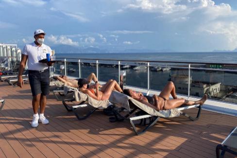 Pasajeros tomando el sol en la cubierta del crucero