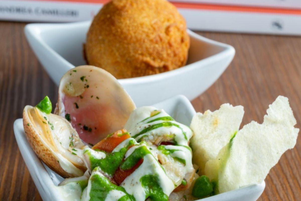 Arancinetto y ensalada de mar con vinagreta de perejil.