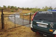 Acceso a la finca 'La Torrona', en Monesterio, donde la UCO se ha incautado hoy de otro vehículo del detenido.