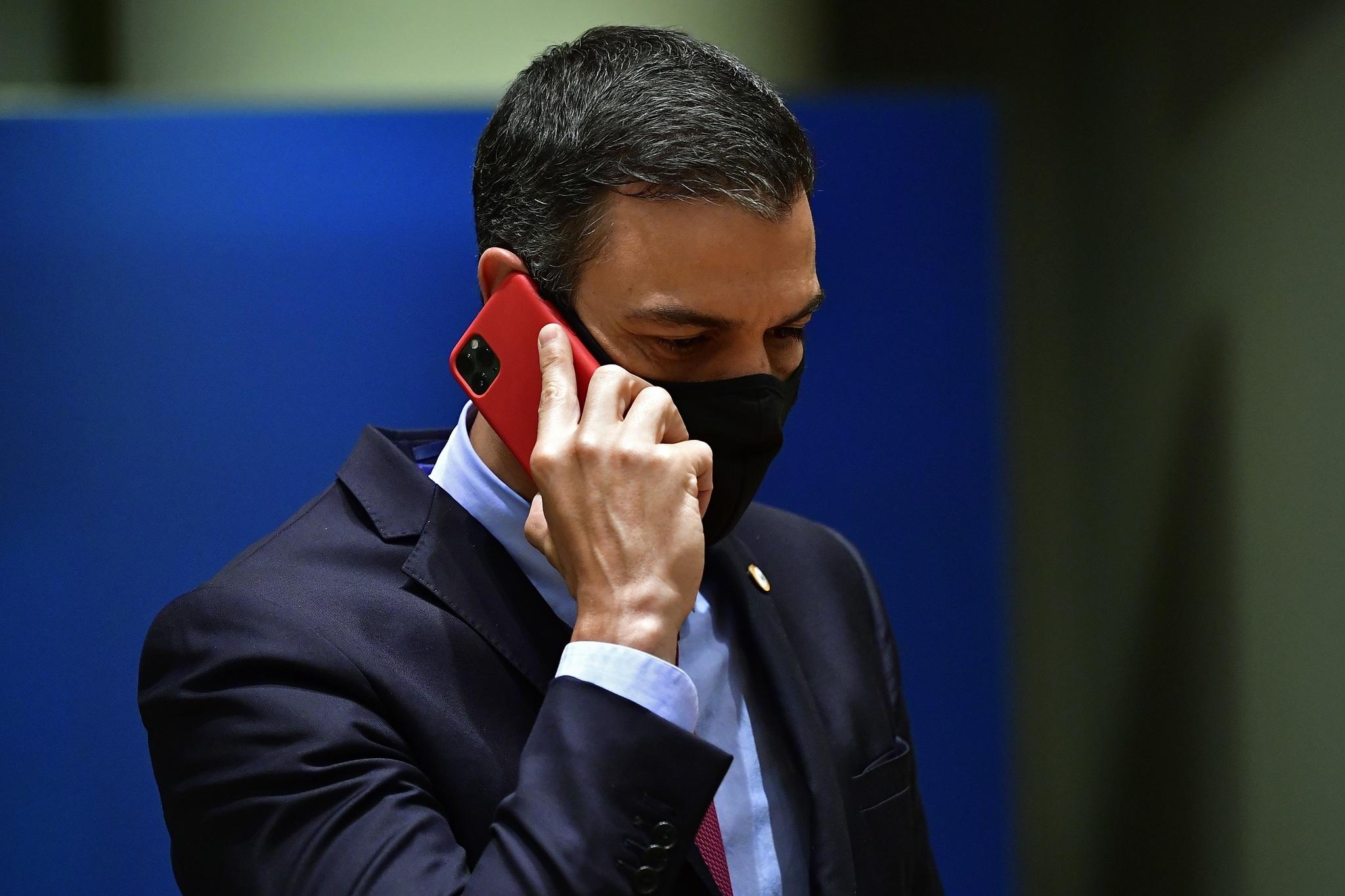 Pedro Sánchez hablando por teléfono en una cumbre celebrada en Bruselas.