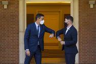 Sánchez y Rufián se saludan antes de reunirse en La Moncloa.