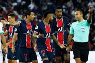 Paris (France).- Paris Saint-Germain players Neymar (C-R) and Angel Di lt;HIT gt;Maria lt;/HIT gt; (C-L) argue with French referee Jerome Brisard (R) during the French Ligue 1 soccer match between Paris Saint-Germain ( lt;HIT gt;PSG lt;/HIT gt;) and Olympique Marseille at the Parc des Princes stadium in Pa?ris, France, 13 September 2020. (Francia, Marsella, Roma) EPA/