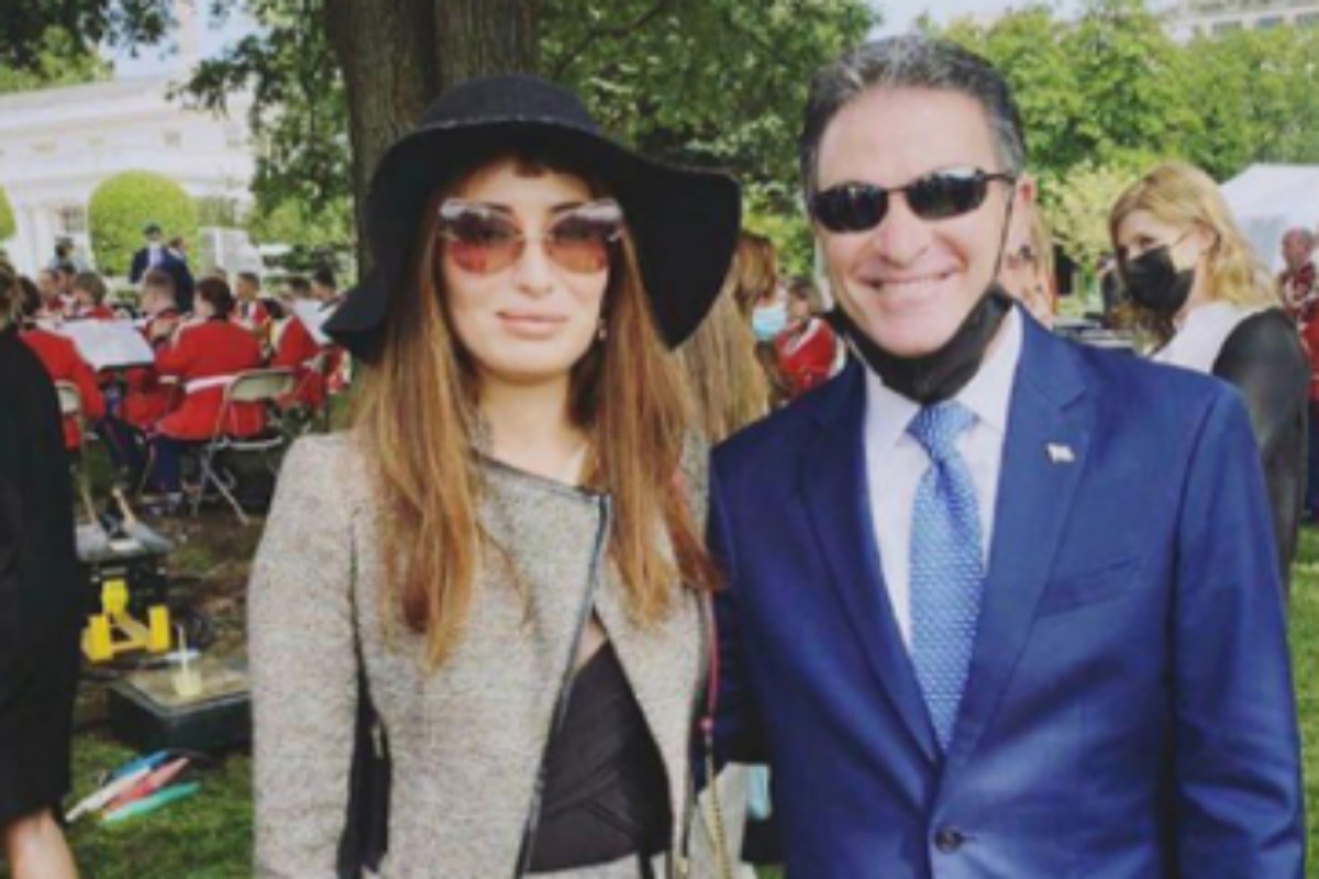 Sarah Idan junto al jefe del Mossad, Yossi Cohen.